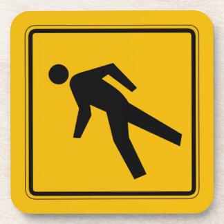 El tráfico peatonal, trafica la señal de peligro, posavasos de bebidas