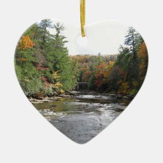 El trago cae parque de estado adorno navideño de cerámica en forma de corazón