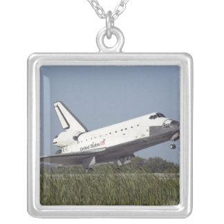 El transbordador espacial la Atlántida aterriza en Colgante Cuadrado