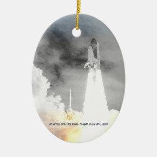 El transbordador espacial STS-135 de la Atlántida Adorno Navideño Ovalado De Cerámica