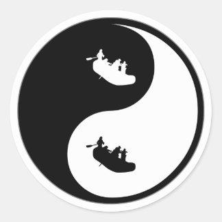 El transportar en balsa de Yin Yang Pegatina Redonda