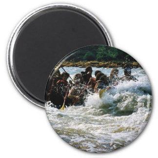 El transportar en balsa del agua blanca imán redondo 5 cm