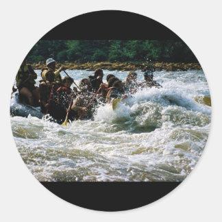 El transportar en balsa del agua blanca etiquetas redondas