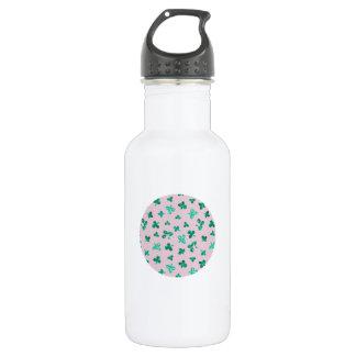 El trébol sale de la botella de agua de 18 onzas