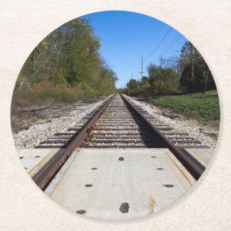 El tren de ferrocarril sigue la foto posavasos desechable redondo