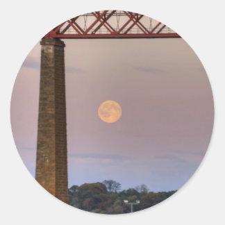 El tren voló sobre la luna pegatina redonda