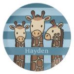 El trío lindo de la jirafa del bebé, añade el nomb plato para fiesta