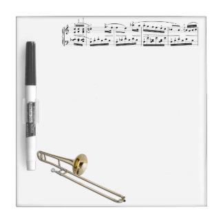 El Trombone (tenor) seca al tablero del borrado Tablero Blanco