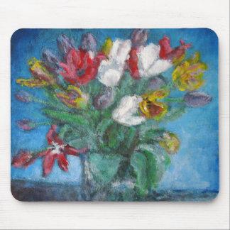 El tulipán florece el florero del ramo en un tapetes de ratón