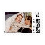 El umbral feliz retro de la novia y del novio franqueo
