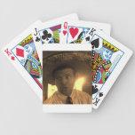 El un amigo baraja cartas de poker