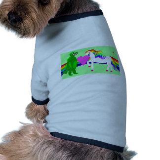 El unicornio considera el dinosaurio camisa de perro