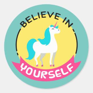 """El unicornio """"cree en sí mismo"""" el dibujo de pegatina redonda"""