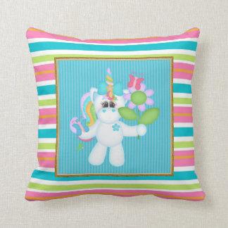 El unicornio del dibujo animado embroma la almohad almohada