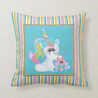 El unicornio del dibujo animado embroma la almohad cojines