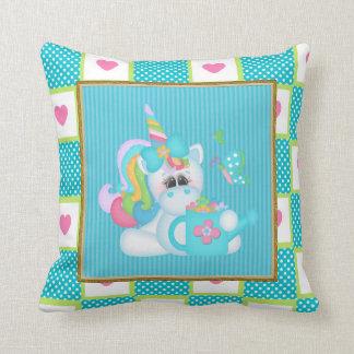 El unicornio del dibujo animado embroma la almohad almohadas