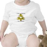 El unicornio en el árbol de navidad en el oro se traje de bebé