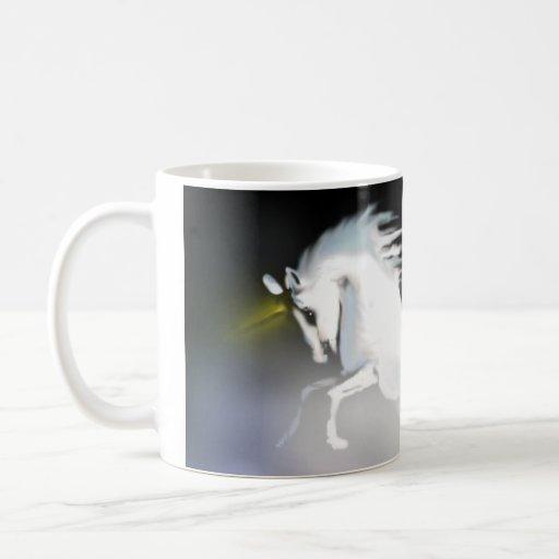 El unicornio en la niebla taza básica blanca