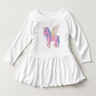 El unicornio lindo con el arco iris se va volando vestido