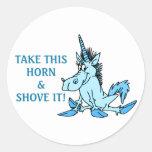 El unicornio lo empuja pegatina redonda