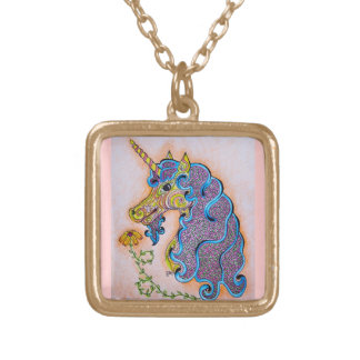El unicornio modela el collar