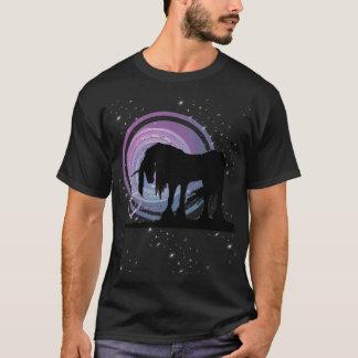 El unicornio negro místico (púrpura/remolino azul) playera