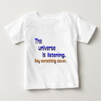 El universo está escuchando - sea listo playera para bebé