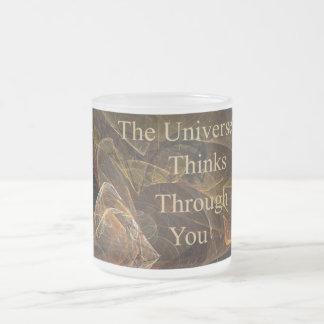 El universo piensa a través de usted taza de café esmerilada
