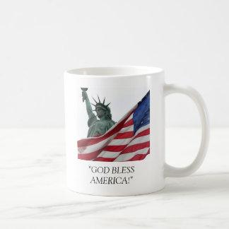 """¡el usa_statue_flag, """"DIOS BENDICE AMÉRICA! """" Taza Básica Blanca"""