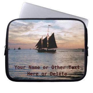 El velero en la calma de la puesta del sol ve la fundas ordendadores