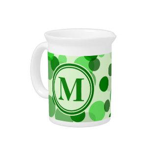 El verde adaptable mancha el monograma jarras para bebida