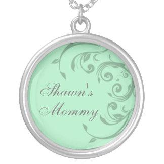 El verde añade el collar conocido de la mamá de su