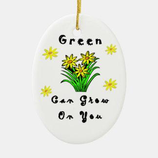 El verde crece en usted adorno de navidad