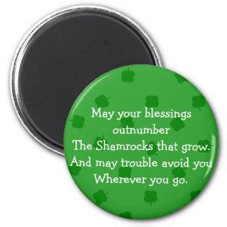 El verde cuatro hojeó suerte del irlandés del tréb imán