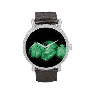 el verde del tomatillo entonó el persimmion y la reloj de mano