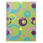 El verde enrrollado circunda el cuaderno