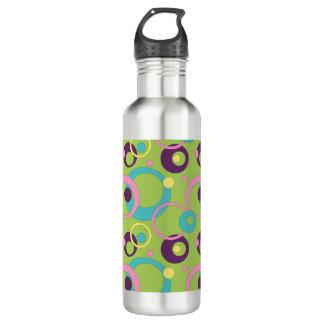 El verde enrrollado circunda la botella de agua