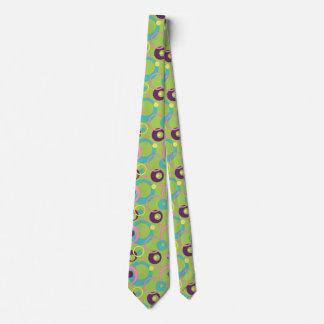 El verde enrrollado circunda la corbata de los