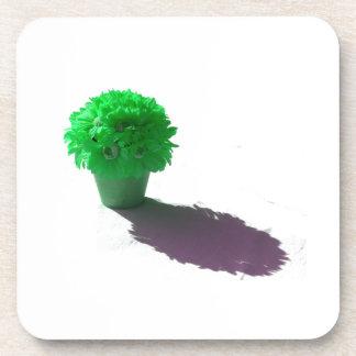 El verde florece el cubo y la sombra blancos posavasos
