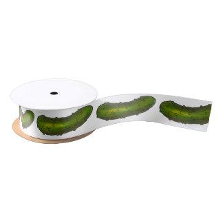 El verde grande de la salmuera de eneldo conserva lazo de raso