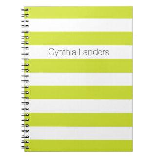 El verde moderno de la pera raya el monograma spiral notebook