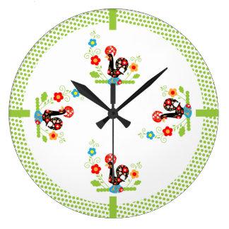 El verde portugués del gallo puntea el reloj de