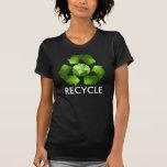 El verde recicla la camisa en oscuridad