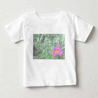El verde rosado oscuro de la flor de Portulaca T-shirt