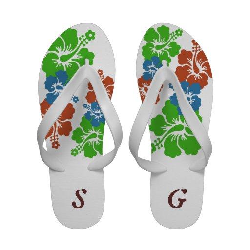 El verde tropical del hibisco florece el monograma sandalias de playa