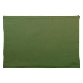 El verde verde oliva de los acentos caseros de la mantel individual