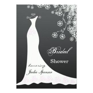 El vestido de boda blanco en ducha nupcial negra i comunicados