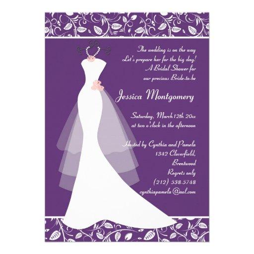 El vestido de boda blanco en ducha nupcial púrpura invitación personalizada