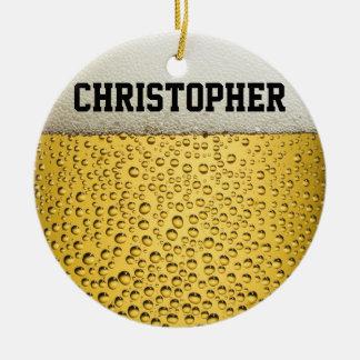 El vidrio de cerveza personaliza adorno navideño redondo de cerámica