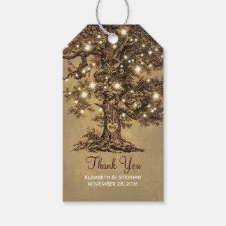El viejo casarse rústico de las luces del árbol y etiquetas para regalos